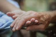 介護が必要となったとき、家計は危機に晒される(イメージ)