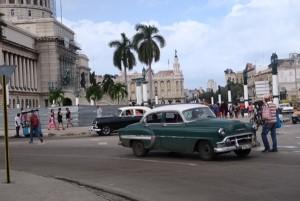 1950年代に製造されたアメ車が街を走る