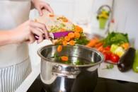 跳ね上がる冬の光熱費、キッチンの節約術(写真/アフロ)