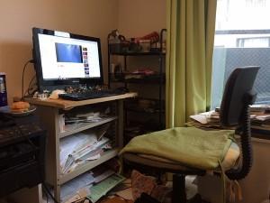 中川氏の事務所の本棚、椅子、机はすべて譲ってもらったもの