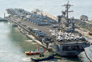 米朝開戦リスクの為替への影響は(米空母カールビンソン。写真:共同通信社)