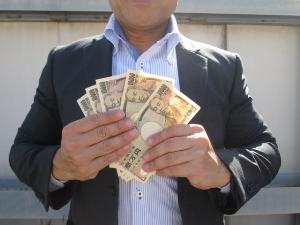 FXで月に20~30万円稼ぐ佐藤氏。FX会社はDMMFX、GMOクリック証券など複数使用。