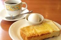 デニーズのモーニング。ドリンクを頼めば分厚いトーストとゆで卵がもれなくついてくる