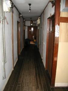 中川氏がかつて住んでいた家賃3万円のアパートの廊下
