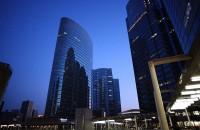 港湾口に大企業の高層ビルがずらりと立ち並ぶ品川
