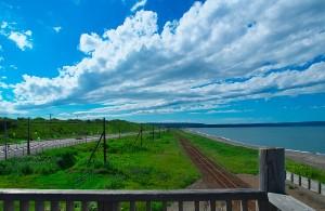 右に広がるのはオホーツク海(釧網本線北浜駅付近)