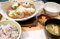 大戸屋の定番メニュー「チキンかあさん煮定食」。白米か五穀米を選べる