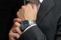 社会人ならきちんとした腕時計を身に着けるべき?(写真:アフロ。イメージ)