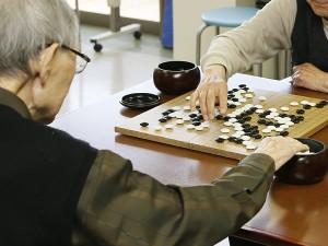 老人ホームに入居する際は慎重に(イメージ)