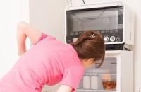 自炊をやめた女性の冷蔵庫は常にスッキリ(イメージ)
