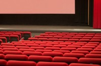 映画上映中にスマホいじりする若者、「2時間は耐えられない」