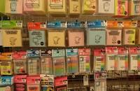 100円ショップにも様々な種類の文房具類が揃う