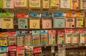 100円ショップには様々な種類の文房具類が揃う