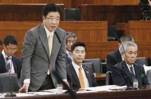 今回はなぜか迅速(加藤厚労相。右端は水島藤一郎・日本年金機構理事長。写真:共同通信社)