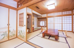安い宿ほど部屋は狭いものだが……(イメージ)