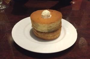 星乃珈琲店の「スフレパンケーキ」。ふわふわな生地が特徴的