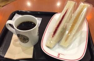 ベローチェのブレンドコーヒーとハーフのサンドイッチ2種。これで420円