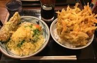 丸亀製麺はうどん以外も凄い 260円「野菜かき揚げ丼」のボリューム感