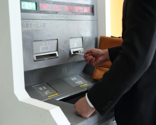 銀行窓口よりもATMの方が手数料も安く済む