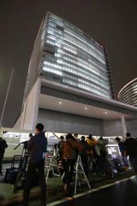 特捜部の捜索が入った日産本社前には多くの報道陣が詰めかけた(写真:時事通信フォト)