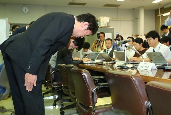 問題の責任はどこに(行政処分を受け記者会見で謝罪するスルガ銀行の有国三知男社長。写真:時事通信フォト)