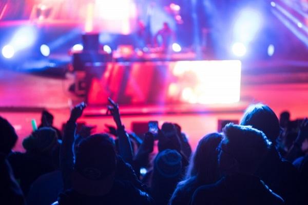 コンサートがドタキャンされた場合、法的に賠償義務はあるか(イメージ)