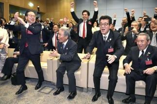 喜びは束の間で終わるのか(2025年の万博開催が決まり喜ぶ大阪府知事ら。時事通信フォト)