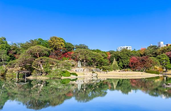 駒込駅のすぐ目の前には、都内屈指の紅葉スポット・六義園がある