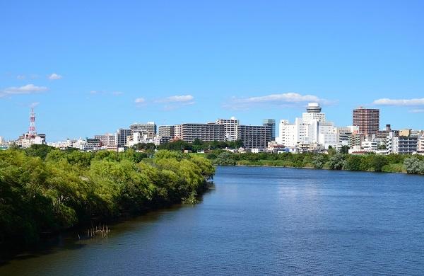 江戸川越しに見る松戸の街並み