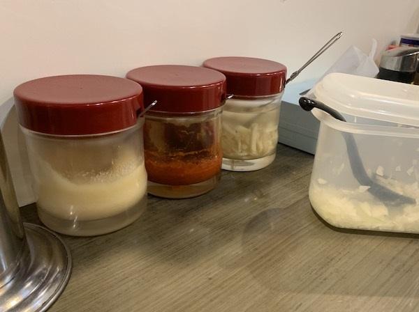 おろしニンニク、豆板醤、しょうがなどのトッピング・調味料がテーブルに常備されている