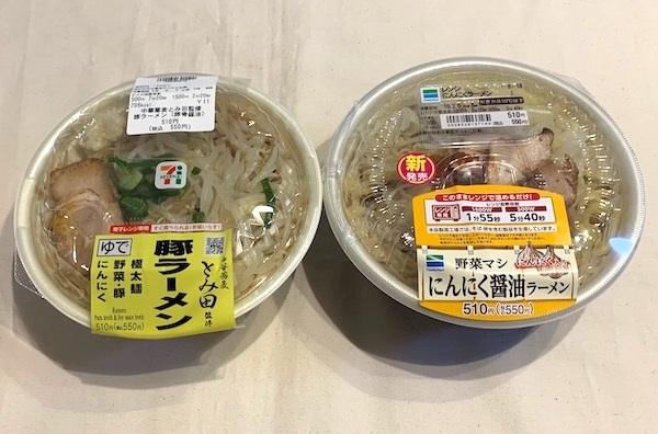 セブン-イレブンの『中華蕎麦とみ田監修豚ラーメン(豚骨醤油)』(左)、ファミリーマート『野菜マシにんにく醤油ラーメン』(右)