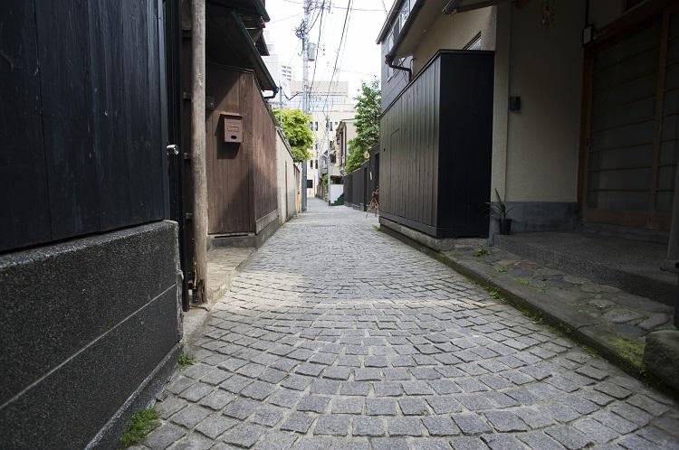 石畳の路地も残る神楽坂の街