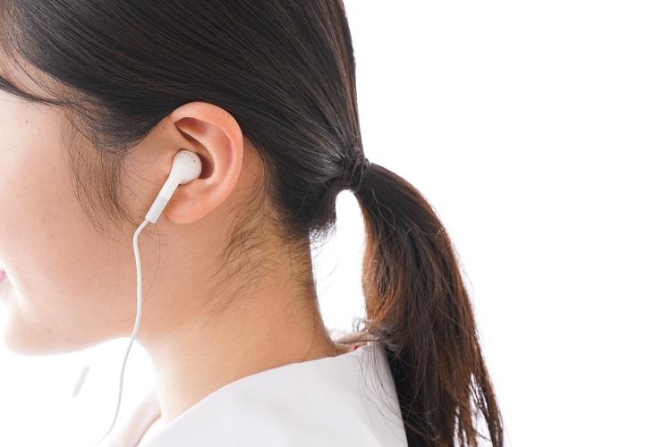 音楽を聴くためだけにイヤフォンをつけているわけではない?(イメージ)