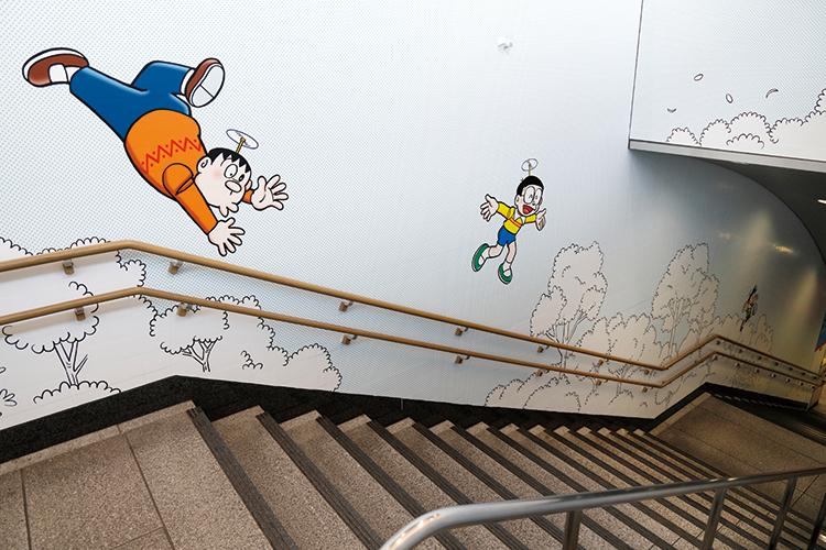 階段の壁にもジャイアンやのび太が