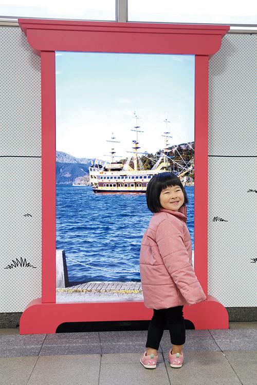 登戸駅構内の『どこでもドア』。どこに行けるかはお楽しみ!
