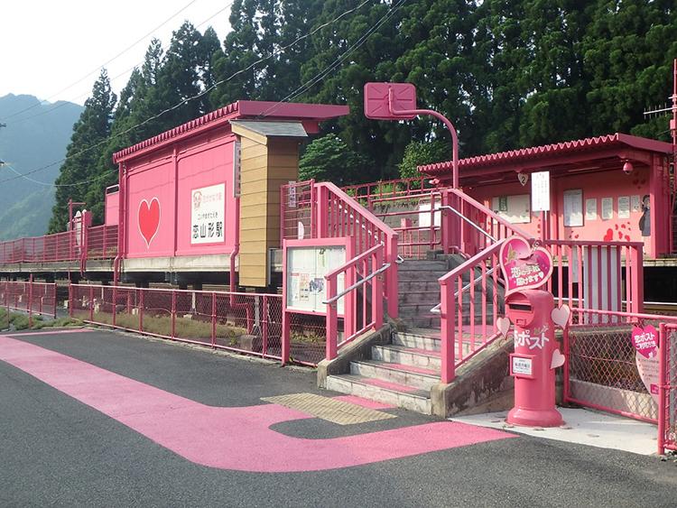 恋の色ピンクで彩られた恋山形駅