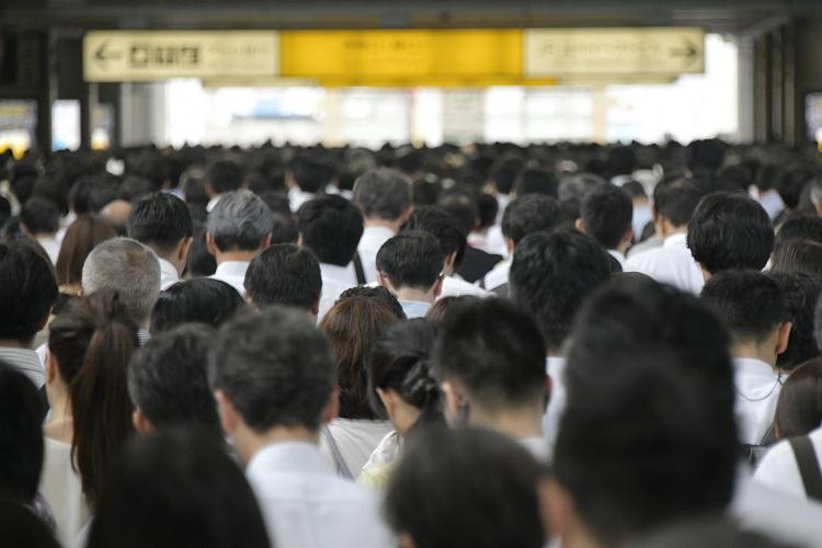通勤ラッシュ時にトラブルが起こった時、あなたはどうする?(写真:時事通信フォト)