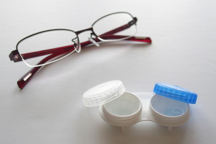 眼鏡とコンタクト、使い分けている人も多いという