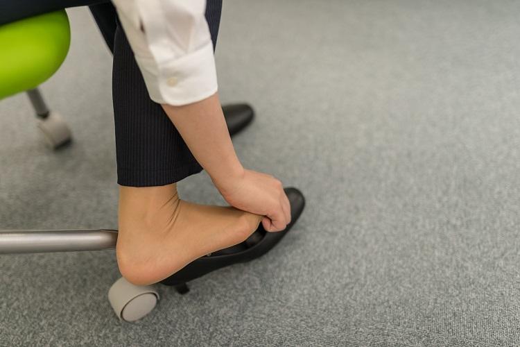 職場でのハイヒールやパンプスに悩む女性は多い