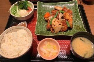 大戸屋の『鶏と野菜の黒酢あん定食』