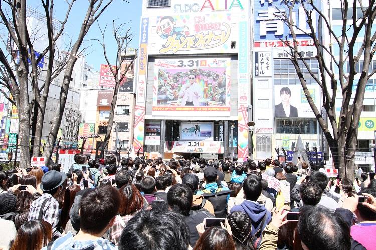 『笑っていいとも!』最終回の日、新宿スタジオアルタ前には大勢のファンが押し寄せた