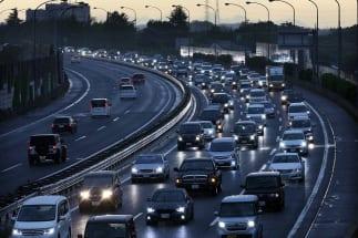 史上初の10連休の「後遺症」は大きい?(連休中の高速道路の渋滞。写真:時事通信フォト)