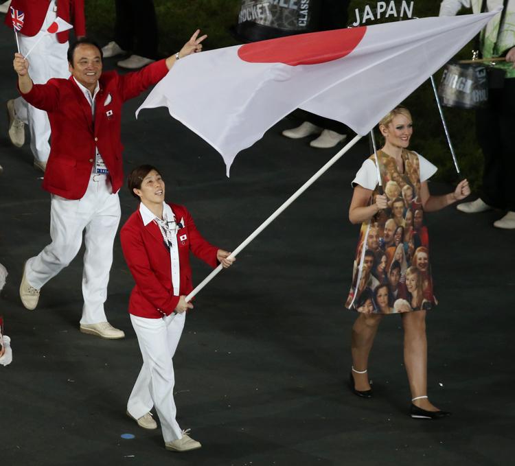 2012年のリオ五輪で国旗を掲げた吉田沙保里選手(写真:時事通信フォト)
