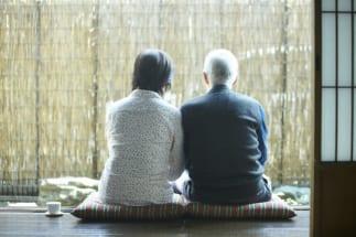 老後は夫婦2人暮らしか、子供と同居するか(イメージ)