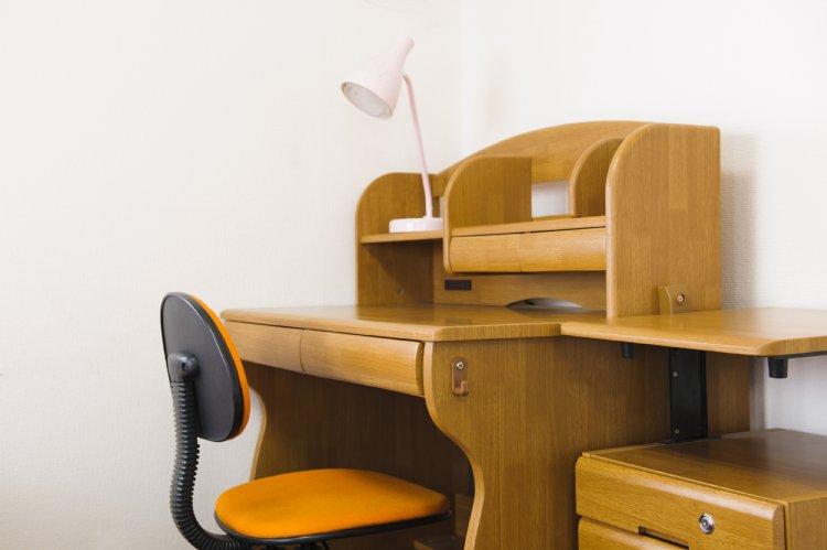 「子供部屋おじさん」の暮らす部屋には学習机があるという