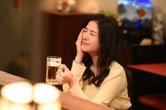 『わたし、定時で帰ります。』の主人公・結衣(吉高由里子)は退社後のビールを日々の楽しみにしている(C)TBS