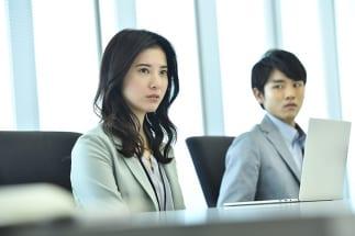ドラマ『わたし、定時で帰ります。』で東山結衣(吉高由里子=左)セクハラをやめるよう取引先に直談判する(C)TBS