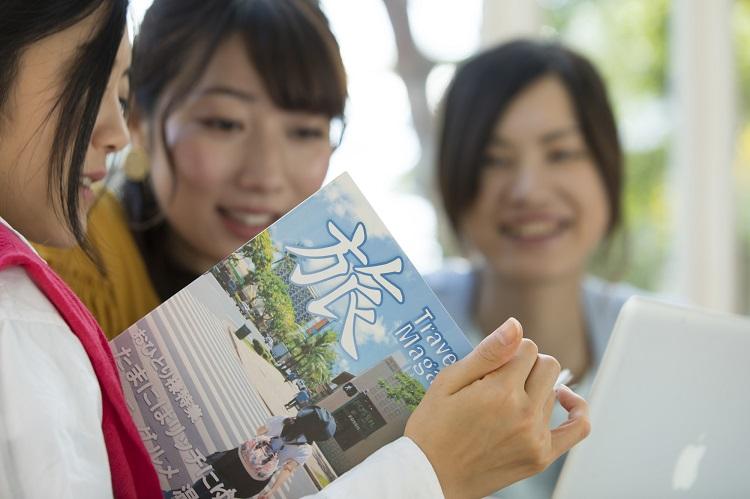 旅行会社窓口でのツアー相談は本来有料のものだったという(イメージ)
