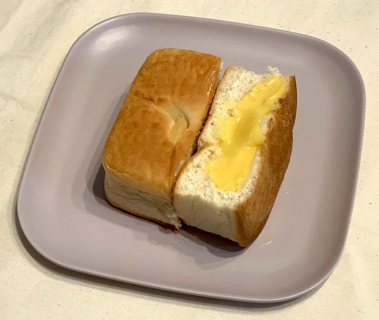 『Wクリーム角パン』の断面。中央部分にとろっとしたクリームが入っている