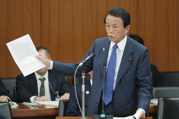 金融庁の報告書について答弁する麻生太郎金融相(写真:時事通信フォト)